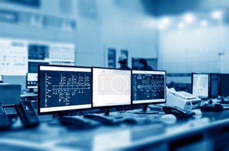 Photo pour Salle de contrôle moderne de l'usine et moniteurs informatiques - image libre de droit