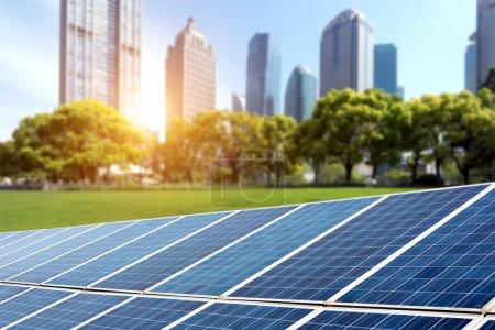 Foto de Shanghai Bund skyline hito, energía ecológica renovable planta de paneles solares - Imagen libre de derechos