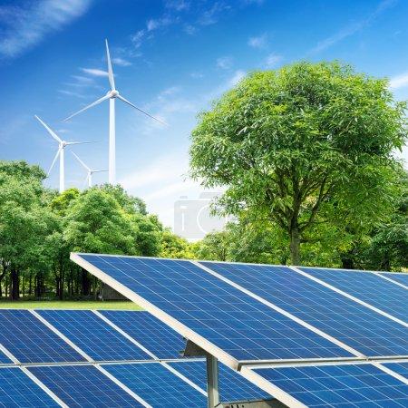 Foto de Los paneles solares y turbinas de viento contra el cielo azul - Imagen libre de derechos