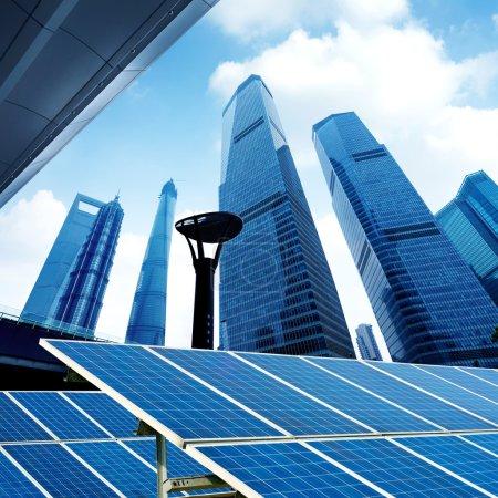 Foto de Shanghai paisaje urbano, monumentos chinos y paneles fotovoltaicos. - Imagen libre de derechos