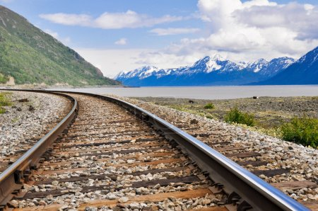 Photo pour Voies ferrées traversant le paysage de l'Alaska - image libre de droit