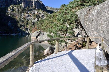 Photo pour Promenade à Laguna Negra, lac glaciaire à Soria (Espagne) ) - image libre de droit