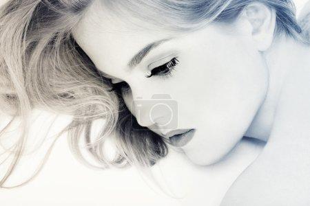 Photo pour Portrait couleur deux tons de fille avec des cheveux magnifiques couché sur fond blanc - image libre de droit