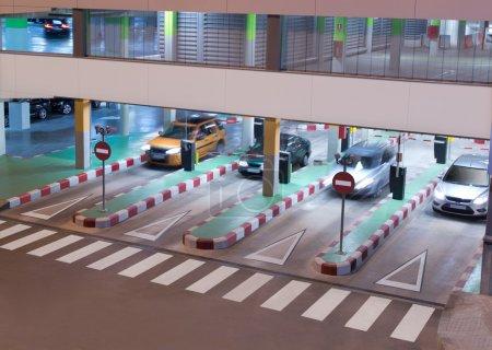 Photo pour Parking Garage à l'aéroport - image libre de droit