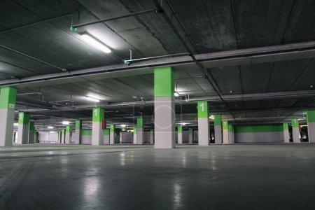 Photo pour Aéroport Parking souterrain, intérieur industriel . - image libre de droit