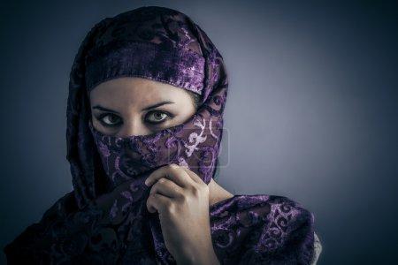 Photo pour Origine ethnique, jeune femme arabe. élégant portrait - image libre de droit