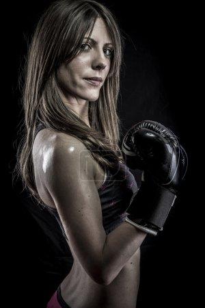 Photo pour Combattant, femme forte athlète avec des gants de boxe - image libre de droit