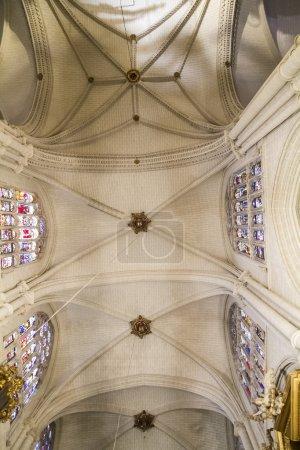 Photo pour Intérieur de la cathédrale de Tolède. arcs, orgue, colonnes et art gothique. Espagne - image libre de droit