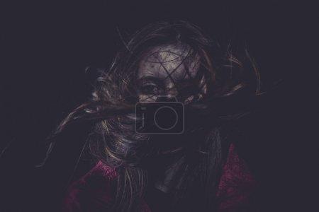Photo pour Peur, jeune fille avec les cheveux volants, cauchemars concept - image libre de droit