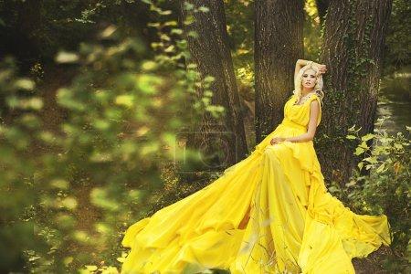 Foto de Foto de hermosa joven de hada bosque - Imagen libre de derechos