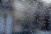 Regentropfen auf Glas, verschwommen