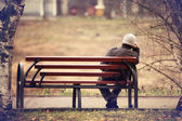 """Постер, картина, фотообои """"одинокий человек на скамейке осенью"""""""