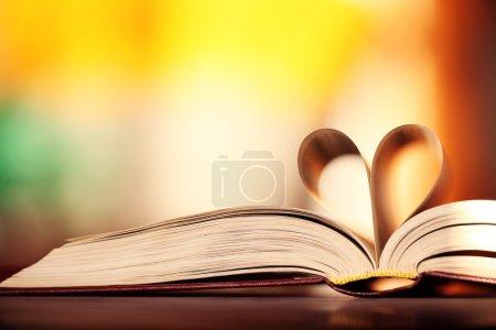 Photo pour Coeur du fond papier livre - image libre de droit
