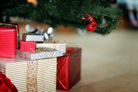 Photo pour Noël arbre décoration jouet cadeaux - image libre de droit