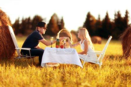 Photo pour Pique-nique amoureux avec champagne dans le champ - image libre de droit