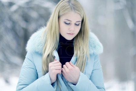 Photo pour Fille de beaux cheveux blonds en vêtements d'hiver. hiver en plein air - image libre de droit
