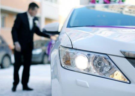 Photo pour Homme en costume assis dans une voiture blanche de luxe - image libre de droit