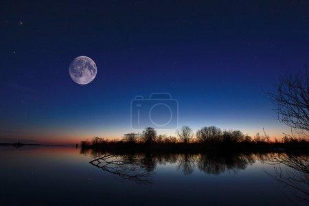 Photo pour Paysage nocturne sur la rivière - image libre de droit