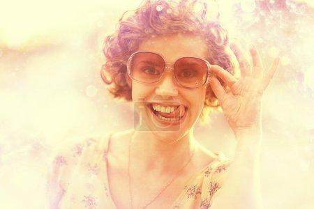Photo pour Belle fille frisée avec lunettes de soleil - image libre de droit