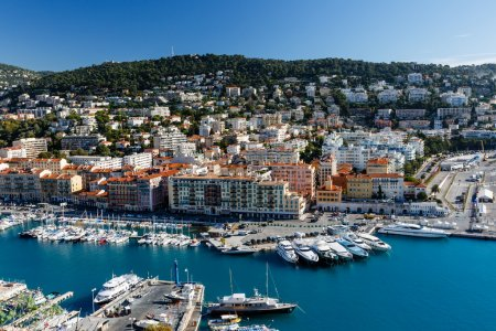 Photo pour Vue Aérienne Sur Le Port De Nice Et Les Yachts De Luxe, Côte D'azur, France - image libre de droit
