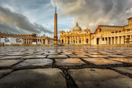 Photo pour La place Saint Pierre et la basilique saint Pierre, dans la matinée, cité du vatican, rome, Italie - image libre de droit