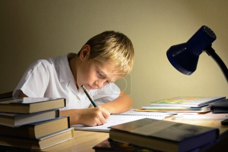 Photo pour Enfant apprend dans la nuit - image libre de droit