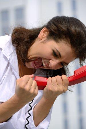 Photo pour Femme émotionnellement au téléphone - image libre de droit