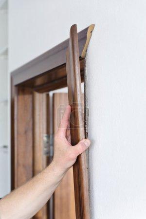 Photo pour Travailleur définit le montant de la porte. matière noyer américain - image libre de droit