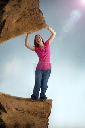 Photo pour Femme stressée et contrainte piégée par un poids lourd - image libre de droit