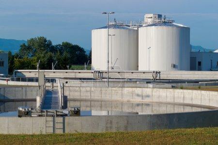 Photo pour Usine de traitement des eaux usées est utilisé pour prévenir la pollution de l'environnement. - image libre de droit