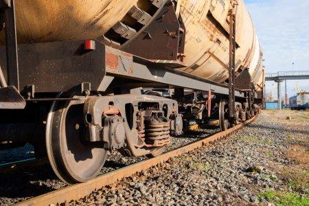 Photo pour Train de marchandises avec wagons-citernes sur la voie - image libre de droit