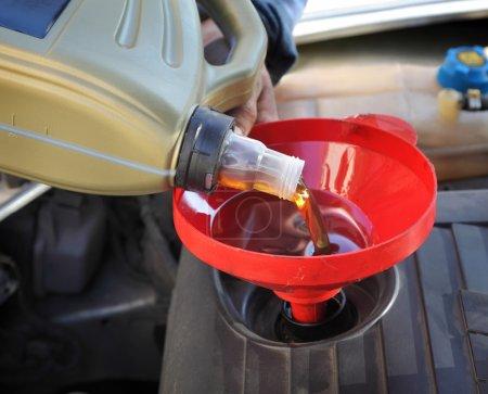 Photo pour Voiture de service mecanicien battante frais huile à moteur - image libre de droit