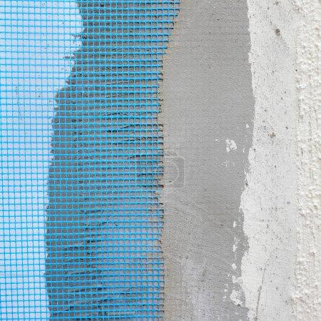 Foto de Primer plano de capas sobre aislamiento de espuma de poliestireno, malla, yeso, cemento, mortero - Imagen libre de derechos