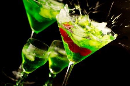 Photo pour Cocktails verts colorés isolés contre le noir - image libre de droit