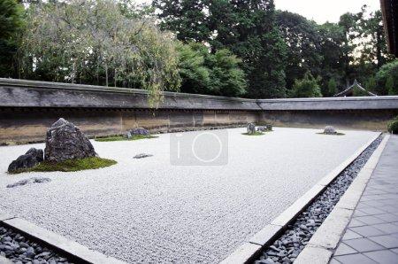 Photo pour Un jardin de rocaille zen de ryoanji temple.in un jardin quinze pierres sur gravier blanc. Kyoto.Japan. - image libre de droit