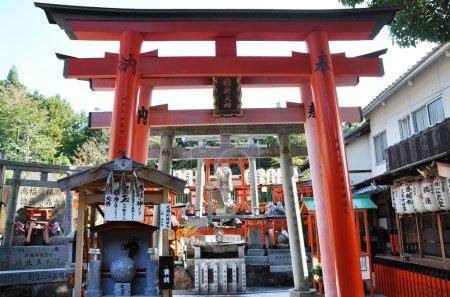 Photo pour Sanctuaire Fushimi Inari-taisha à Kyoto Japon, Ce sanctuaire dédié au dieu du riz et du saké - image libre de droit