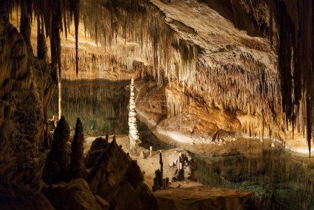 Photo pour Coves del Drach à Majorque, avec l'un des plus grands lacs salés souterrains au monde - image libre de droit
