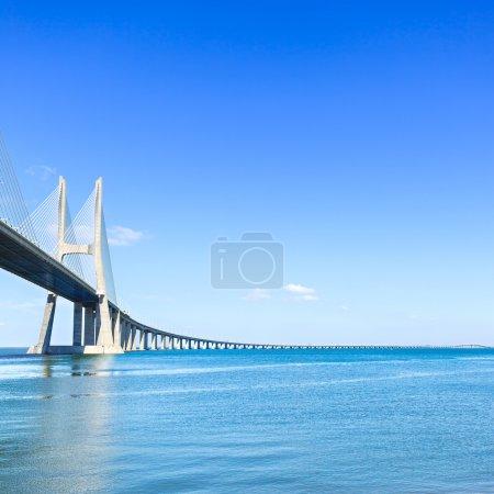 Photo pour Vasco da gama pont sur le Tage à Lisbonne, portugal. C'est le plus long pont en europe - image libre de droit