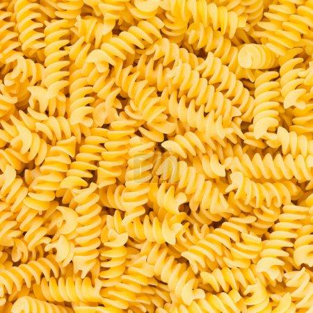 Photo pour Hélice de fusilli ou rotini italienne en forme de macaroni fond de pâtes alimentaires brutes ou texture bouchent - image libre de droit
