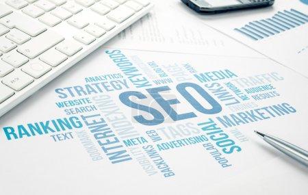 Photo pour SEO entreprise, optimazion de moteur de recherche, graphique nuage de concept. bleu tonifié - image libre de droit