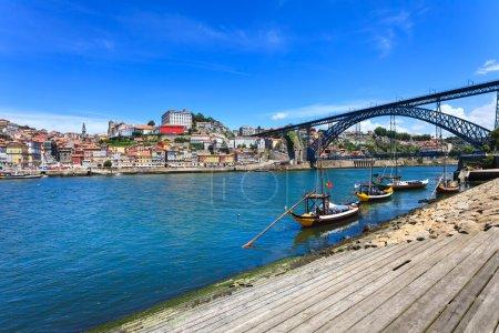 Photo pour Porto ou Porto horizon de la ville, rivière Douro, bateaux traditionnels et Dom Luis ou pont de fer Luiz. Portugal, Europe . - image libre de droit