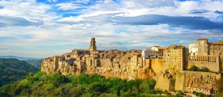 Photo pour Toscane, village médiéval de Pitigliano sur une colline rocheuse tuf. Panorama paysage photographie haute résolution. Italie, Europe . - image libre de droit