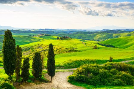 Toscane, paysage coucher de soleil. chemin de ferme, blanc de campagne une