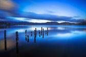 jetée en bois ou jetée reste sur un Alum de coucher du soleil et de ciel bleu du lac