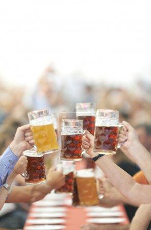 Photo pour Les buveurs de bière Oktoberfest lever le verre - image libre de droit
