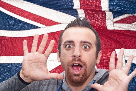 Photo pour Homme avec la bouche ouverte, langue colorée dans le drapeau de la Grande-Bretagne comme symbole de valeurs comme l'enseignement, apprentissage, multilingue parlant différente langues de diffusion - image libre de droit