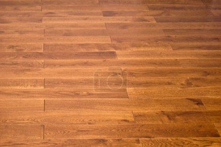 Foto de Interior de una casa con pisos de madera reacabado. - Imagen libre de derechos