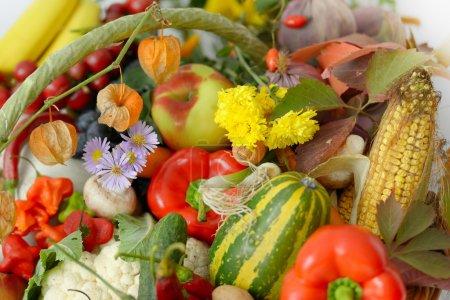 Photo pour Fruits et légumes frais - image libre de droit