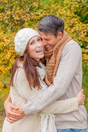 Foto de Pareja de campo abrazándose mutuamente - Imagen libre de derechos