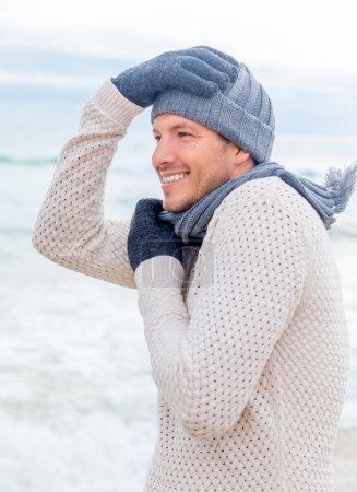 Photo pour Relaxant mâle sur la côte profiter de la vie - image libre de droit